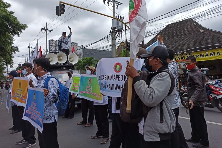 Sejumlah guru tidak tetap (GTT) dan Pegawai Tidak Tetap (PTT) menggelar aksi di depan DPRD Jember, Rabu (25/11/2020).