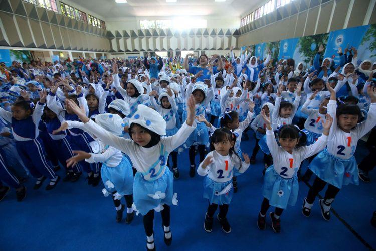 Siswa Taman Kanak-kanak dan PAUD se-Kabupaten Magelang menari massal saat lomba Gerak 123 Frisian Flag di GOR Gemilang, Magelang, Senin (30/4/2018). Lomba yang diikuti 2500 anak di 21 Kecamatan ini untuk mendukung tumbuh kembang anak sejak usia dini.
