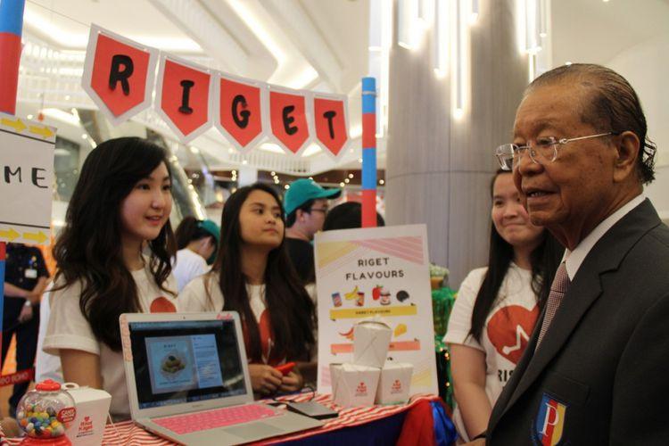 Rektor Podomoro University (PU) Dr. Cosmas Batubara menyaksikan para mahasiswa PU memamerkan bisnis Riget Flavours dalam pameran di Neo SOHO Podomoro City, Jakarta.