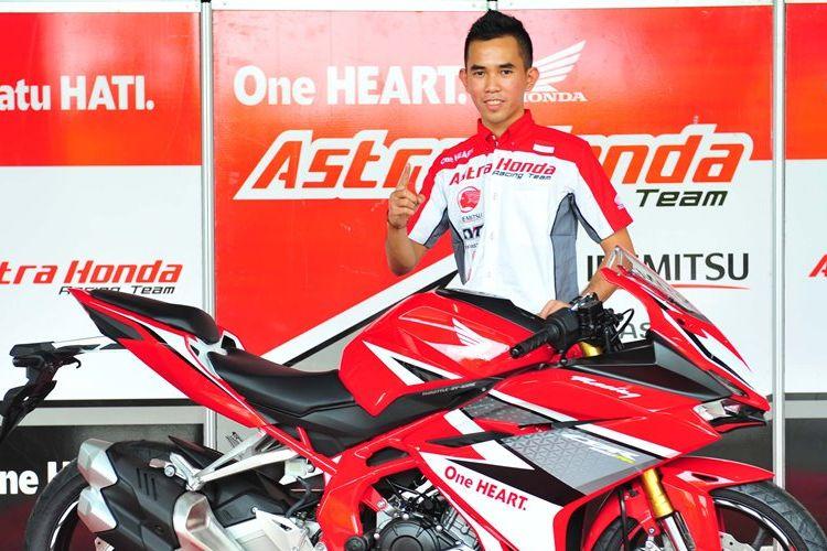 Pebalap Astra Honda Racing Team, Gerry Salim, berpose saat pelucuran tim di kawasan Kemayoran, Jakarta, Jumat (3/2/2017).