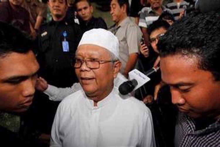 Ketua Majelis Syura Partai Keadilan Sejahtera Hilmi Aminuddin meninggalkan Gedung Komisi Pemberantadan Korupsi, Jakarta, Selasa (14/5/2013). Hilmi diperiksa KPK sebagai saksi dalam kasus dugaan pemberian suap kepada penyelenggara negara dengan tersangka Ahmad Fathanah.