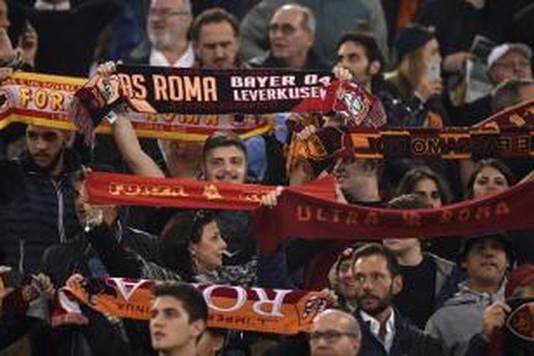 Suporter garis keras atau ultras AS Roma pada laga Liga Champions menghadapi Bayer Leverkusen (4/11/2015).