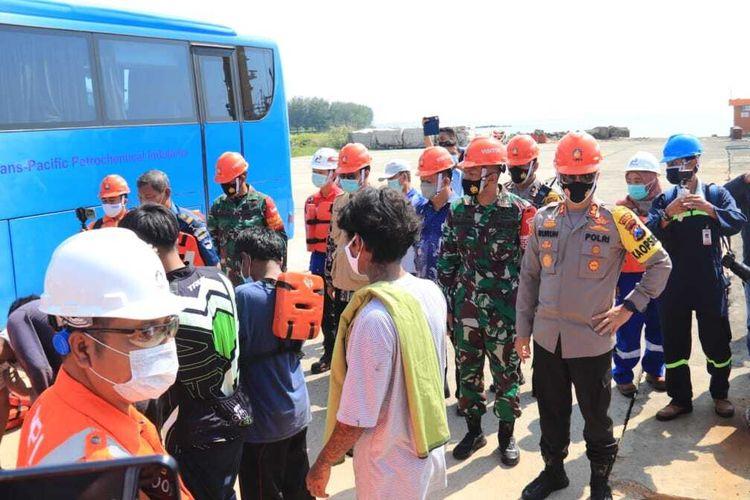 Proses evakuasi 16 nelayan KM Bintang Jaya Mandiri yang selamat di Pelabuhan TPPI Tuban, Jawa Timur, Jum'at (16/4/2021).
