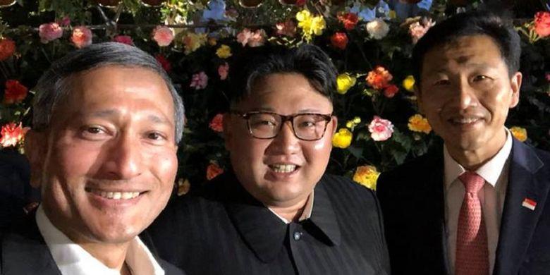 Dari kiri ke kanan: Menteri Luar Negeri Singapura Vivian Balakrishnan, Pemimpin Korea Utara Kim Jong Un, dan Menteri Pendidikan Singapura Ong Ye Kung berfoto ketika berjalan-jalan Senin (11/6/2018).