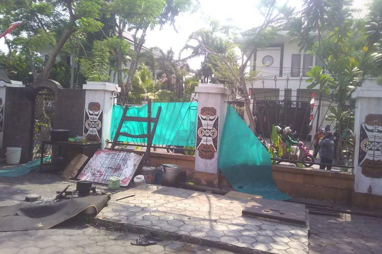 Halaman asrama mahasiswa Papua di Jalan Kalasan Surabaya porak poranda usai terjadi bentrokan
