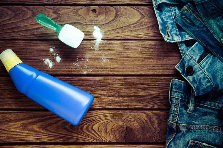 Cuci jeans dengan sabun lembut dan air dingin