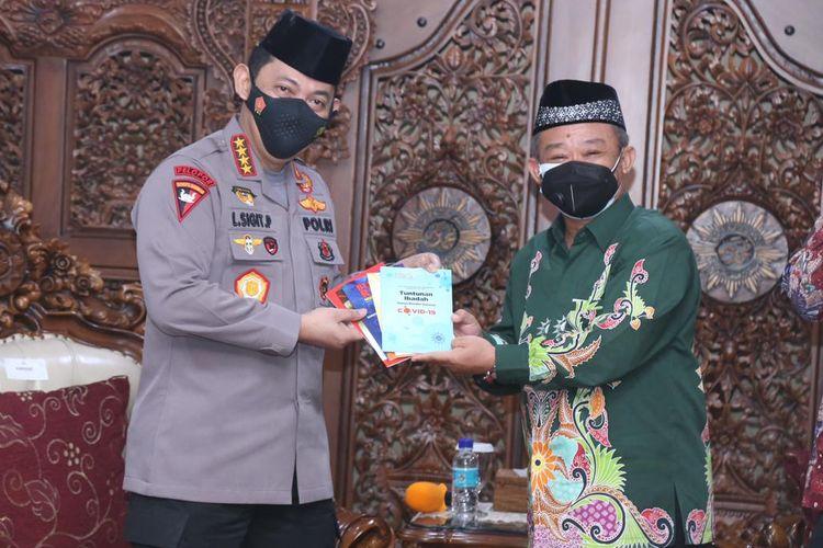 Kapolri Jenderal (Pol) Listyo Sigit Prabowo (kiri) dan Sekretaris Umum (Sekum) Pimpinan Pusat (PP) Muhammadiyah Abdul Muti (kanan) di kantor PP Muhammadiyah, Jakarta, Jumat (29/1/2021).