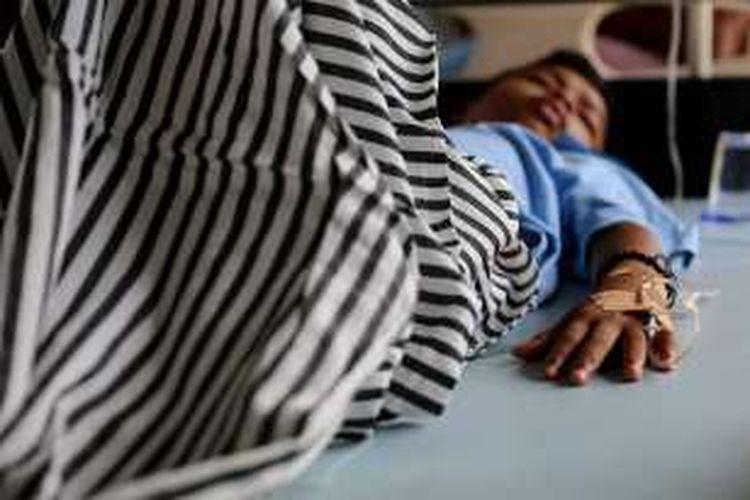Korban gempa dirawat di lorong RSUD Kabupaten Pidie Jaya, Aceh, Sabtu, (8/12/2016). Gempa bumi berkekuatan 6,5 SR yang berpusat di Pidie Jaya, Aceh pada Rabu lalu ini, mengakibatkan lebih dari 100 orang tewas dan ratusan lainnya luka-luka.