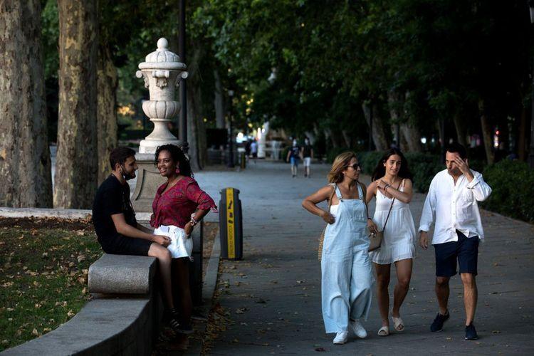 Pejalan kaki di Paseo del Prado Boulevard, Madrid, Spanyol.