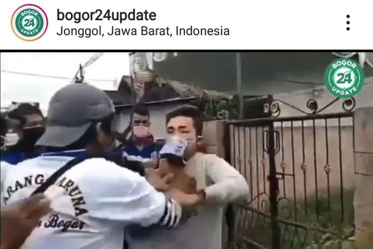 Seorang pengendara sepeda motor mengamuk karena ditegur tidak memakai masker oleh polisi di Jalan Raya Jonggol, Kabupaten Bogor, Check Point PSBB Perbatasan Cibarusah-Jonggol, Sabtu (9/5/2020).