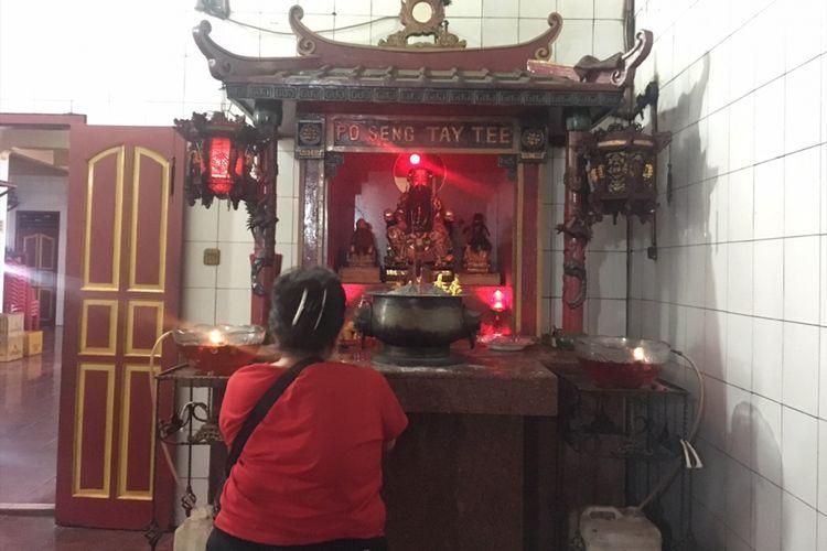 Seorang pengunjung sedang berdoa di Klenteng tertua di Kota Bekasi, Klenteng Hok Lay Kiong, di Kecamatan Bekasi Timur, Kota Bekasi, Jawa Barat, Selasa (30/1/2018).