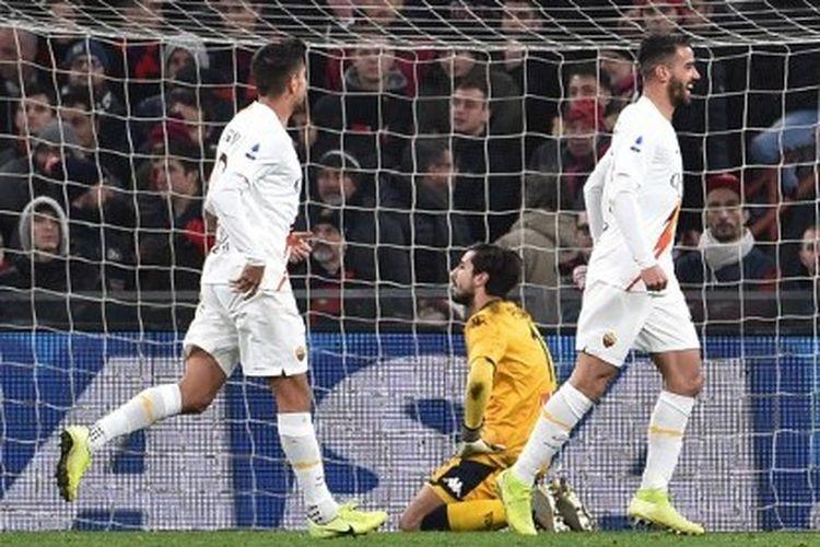Pemain AS Roma merayakan gol bunuh diri bek Genoa, Davide Biraschi, dalam lanjutan laga pekan ke-20 Serie A yang digelar di Stadion Luigi Ferraris, Senin (20/1/2020).
