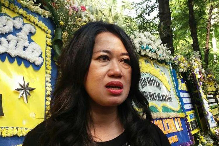Pengamat Militer dan Intelejen, Susaningtyas NH Kertopati saat melayat ke kediaman dinas Menteri Kelautan dan Perikanan Susi Pudjiastuti, di Jalan Widya Chandra V, Jakarta Selatan, Selasa (19/1/2016).