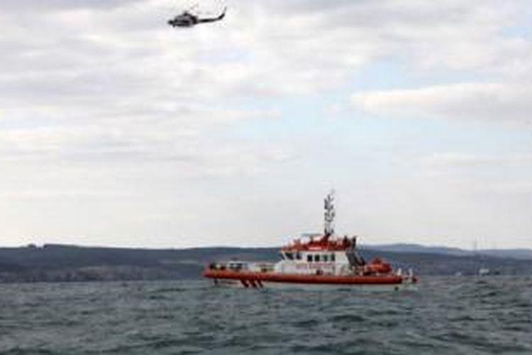 Pasukan penjaga pantai Turki berusaha mencari migran Afghanistan yang selamat, akibat perahu yang tenggelam di lepas pantai Turki, Senin (3/11).