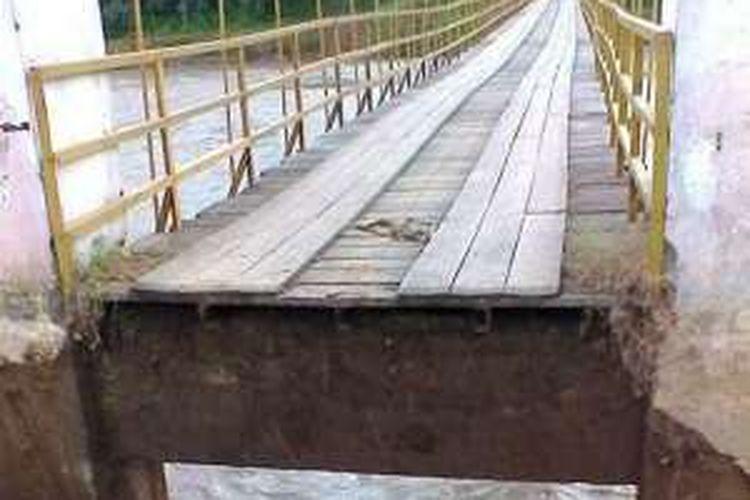 Jembatan gantung yang amblas di bagian ujungnya di Desa Dayah Seupeng, Kecamatan Geureudong Pase, Aceh Utara