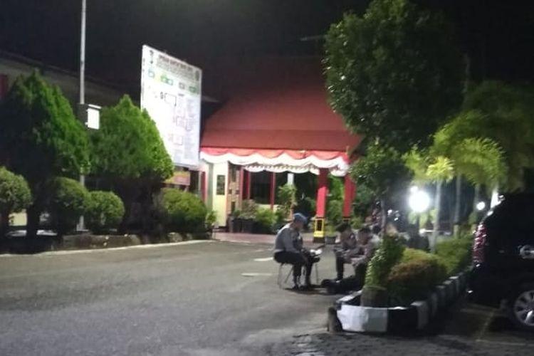 Suasana Mapolresta Tanjungpinang setelah kabar OTT KPK terhadap kepala daerah di Kepulauan Riau, Rabu (10/7/2019) malam