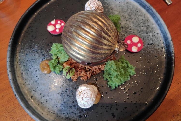 Chococolate sphere, sajian penutup mulut dari set empat course makanan Natal di Ayana Midplaza Jakarta.