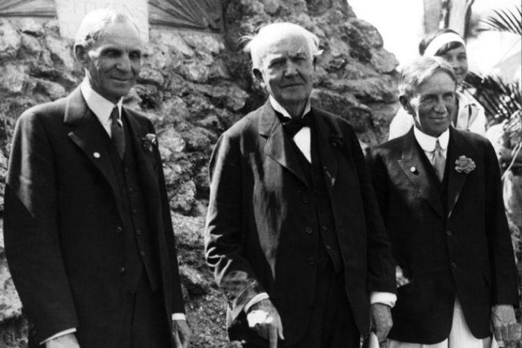 Thomas Alva Edison (tengah) berfoto bersama Henry Ford (kiri), pendiri dinasti industri otomotif AS dan harvey Firestone (kanan), pendiri industri ban AS. Foto ini dibuat pada 1930 di Fort Myers, Florida pada ulang tahun Edison ke-83.