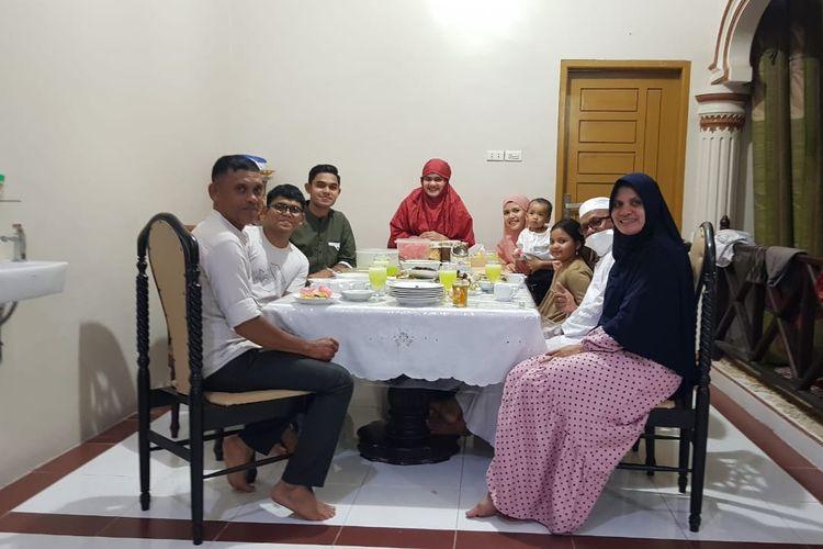 Miftahul Hamdi sedang menikmati buka puasa bersama keluarga besarnya di Aceh.