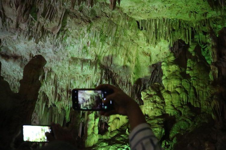 Wisatawan mengabadikan keindahan batu-batu dan stalaktit di Goa Gong dengan gawai mereka, Pacitan, Jawa Timur, Rabu (29/1/2020).