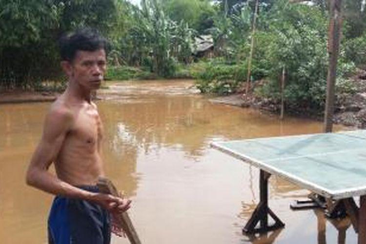 Banjir menggenangi rumah warga di kawasan RT 03 RW 08, Kelurahan Pondok Pinang, Jakarta Selatan pada Senin (7/12/2015).