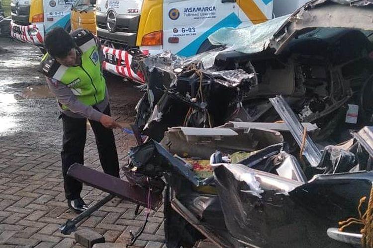 Anggota Satlantas Polres Pasuruan saat melakukan oleh TKP terhadap kendaraan  yang terlibat kecelakaan di Tol Pandaan-Malang yang menyebabkan putra alm KH Hasyim Muzadi, H Hilman Wajdi meninggal dunia, Rabu (18/12/2019)