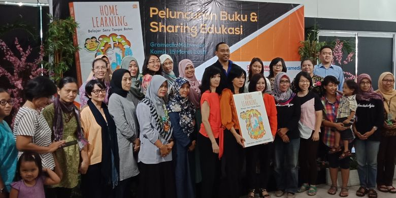 Penulis buku Home Learning: Belajar Seru Tanpa batas, Ning Nathan, Yulianti Hendra dan Natalia Ridwan bersama para pembaca yang menghadiri peluncuran buku di Gramedia Matraman, Jakarta, Kamis (15/3/2018).