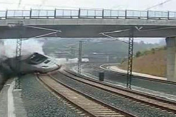 Detik-detik tergelincirnya kereta api di Santiago de Compostela, Spanyol terekam kamera CCTV. Kecelakaan yang disebut sebagai yang terburuk di Spanyol sejak 1944 itu sejauh ini sudah menewaskan 80 orang.