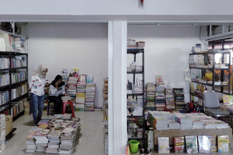 Salah satu kios di pasar buku Jakbook, Jakarta Pusat saat didatangi pada Senin (19/8/2019).