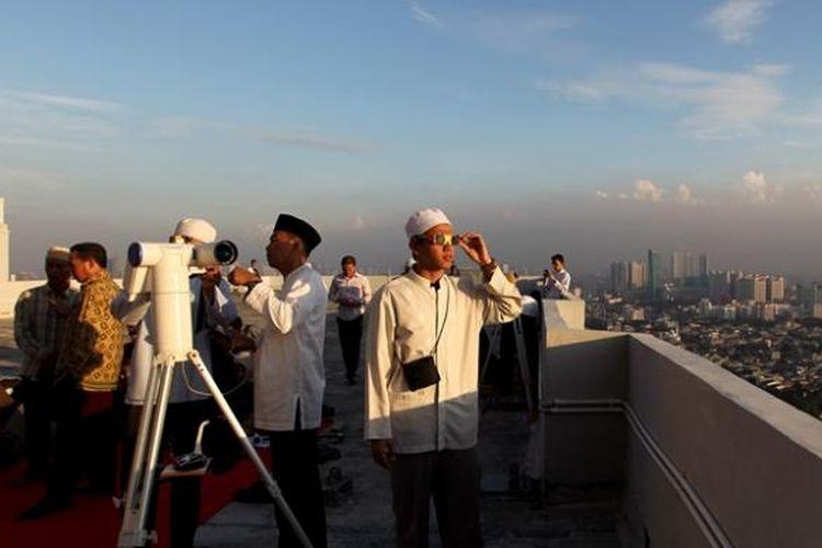 Ilustrasi hilal: Tim Lakjnah Falakiyah Pengurus Besar Nahdlatul Ulama meneropong untuk melihat rukyat hilal di Jakarta, Senin (8/7/2013). Hasil rukyat hilal ini untuk menetapkan 1 Ramadhan 1434 H.