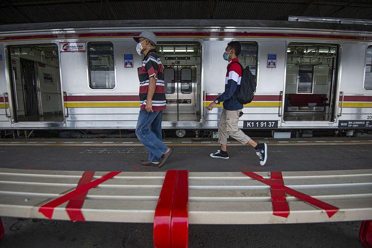Ilustrasi sejumlah calon penumpang berjalan di peron menuju rangkaian kereta rel listrik (KRL) Commuterline.
