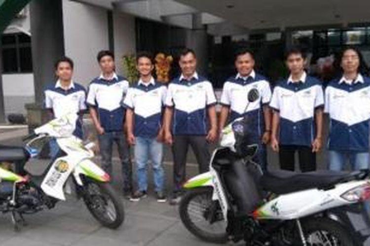 Team Auto Physics (TOP) USU berfoto di depan sepeda motor berbahan bakar air yang segera dipatenkan oleh Pertamina, Rabu (19/11).