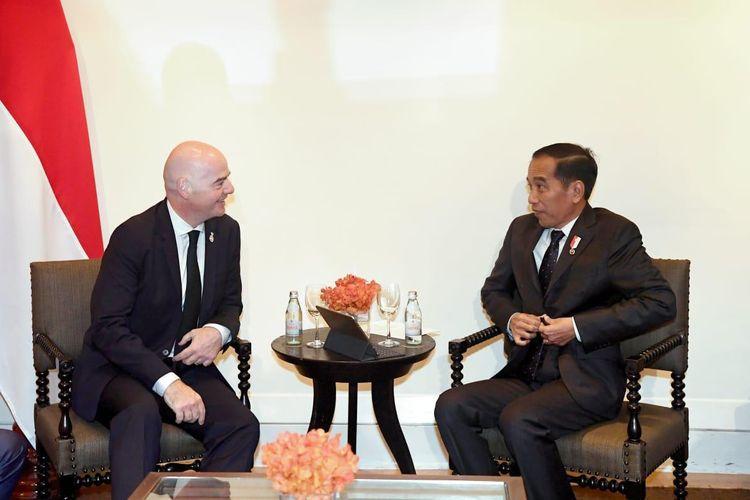 Presiden FIFA, Gianni Infantino (kiri) dan Presiden RI, Joko Widodo (kanan) saat bertemu di The Boardroom Hotel Grand Hyatt Erawan, Bangkok, Sabtu (2/11/2019).