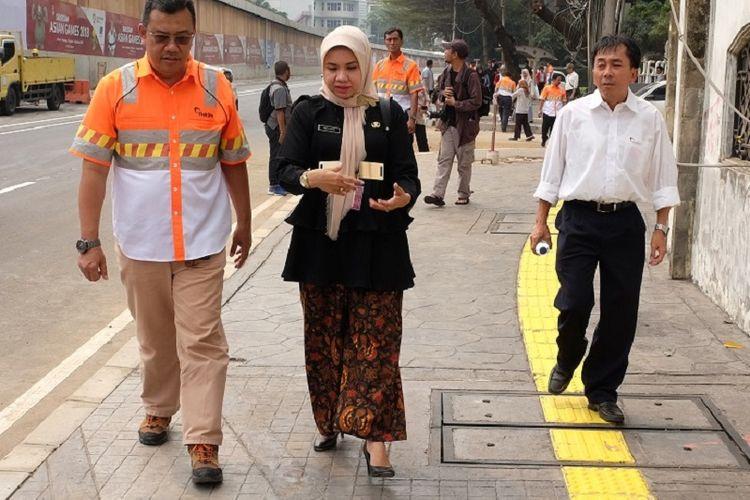 COP Business Unit Head Holcim Indonesia Widodo Ariawan (kiri) bersama Head of Aggregates Holcim Indonesia Juhans Suryantan (kanan) mendampingi Riri Asnita (Dinas Bina Marga) meninjau langsung lokasi proyek yang telah direnovasi dengan menggunakan inovasi beton dekoratif.