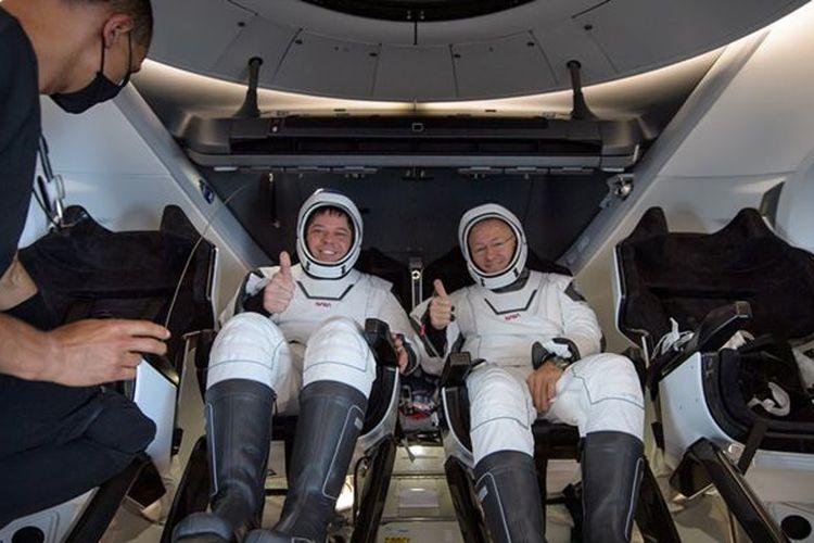 Bob Behnken (kiri dan Doug Hurley (kanan), dua orang astronot NASA yang baru mendarat kembali di Bumi