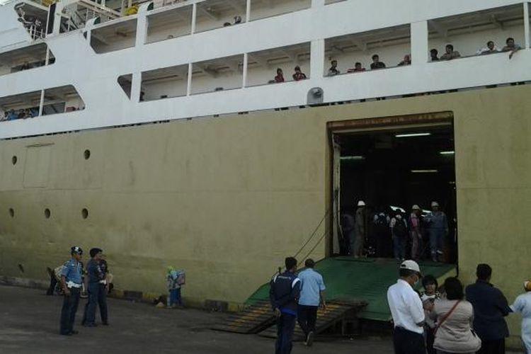 Ilustrasi: Kapal motor (KM) Dobonsolo di Pelabuhan Tanjung Emas Semarang menuju Pelabuhan Tanjung Priok Jakarta.