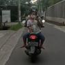 Viral, Video Bocah Santuy Dibonceng Hadap Belakang Sambil Main Ponsel