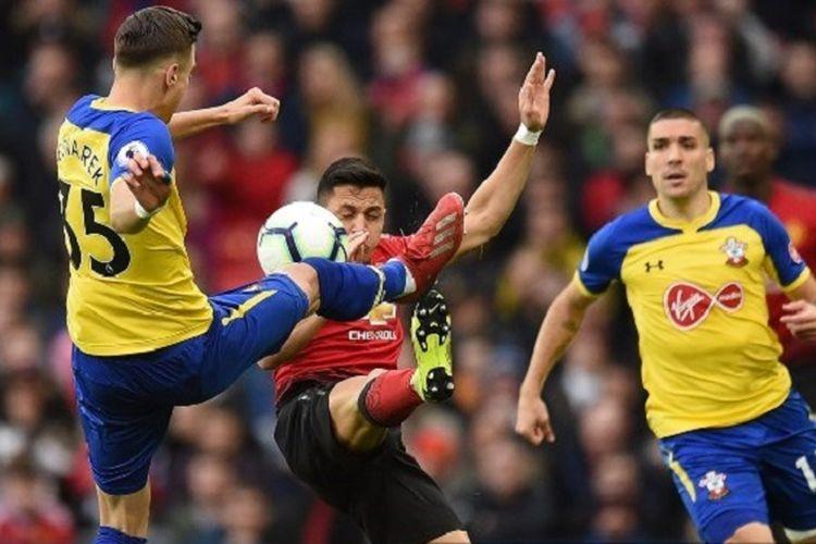 Alexis Sanchez dan Jan Bednarek memperebutkan bola pada pertandingan Manchester United vs Southampton di Stadion Old Trafford, 2 Maret 2019.