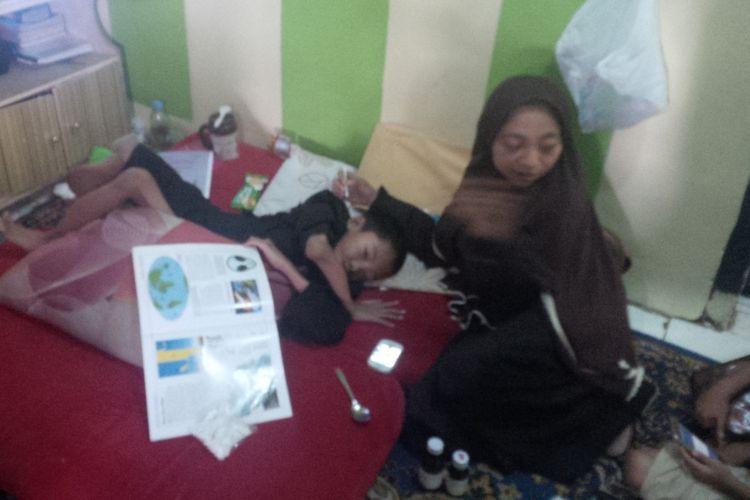 Muhammad Fahri Asidiq (11) bocah yang menderita tulang rapuh akibat mengidap penyakit Osteogenesis Imperfecta bersama ibunya, Sri Astati Nursani.