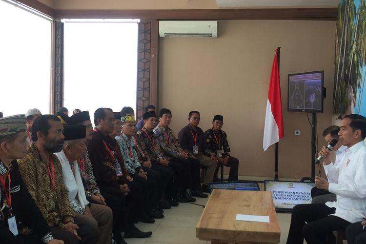 Presiden Jokowi bertemu dengan para tokoh masyarakat dan tokoh adat Kalimantan Timur, di Rumah Makan De Bandar, Balikpapan (17/12/2019).