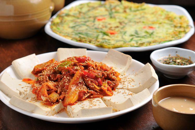 Ilustrasi dubu kimchi khas Korea, tahu rebus dengan topping tumis kimchi.