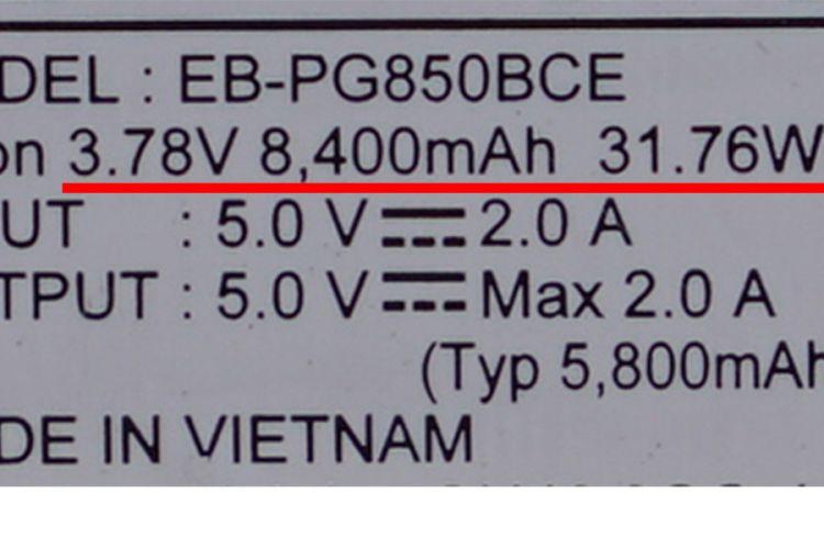 Contoh label keterangan di power bank lain. Satuan kapasitas, voltase, dan rating energi ditandai garis bawah berwarna merah.
