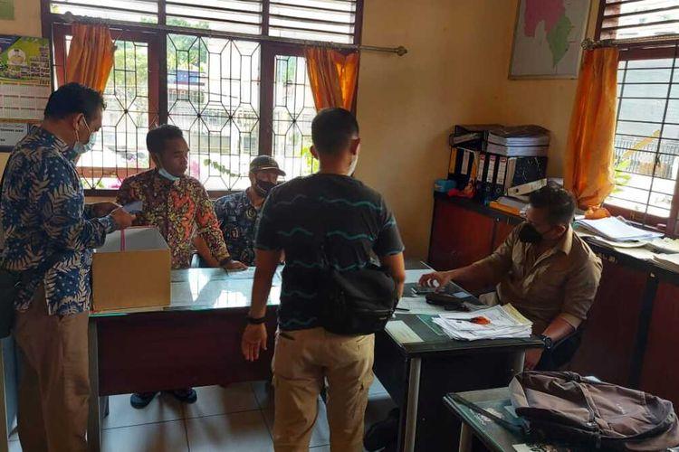 Petugas Satuan Reserse Kriminal (Satreskrim) Polres Siak di Riau menangkap seorang pelaku berinisial S-U (37) diduga melakukan pungli pengurusan surat keterangan ganti rugi (SKGR) yang merupakan honorer staf juru tulis di Kantor Kampung (Desa) Perawang Barat, Kecamatan Tualang, Kabupaten Siak.
