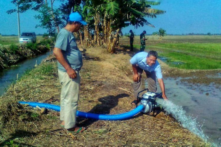 Kementerian Pertanian melakukan pompanisasi pada 9 desa di Kabupaten Karawang yang terancam puso pada puncak kemarau tahun ini.