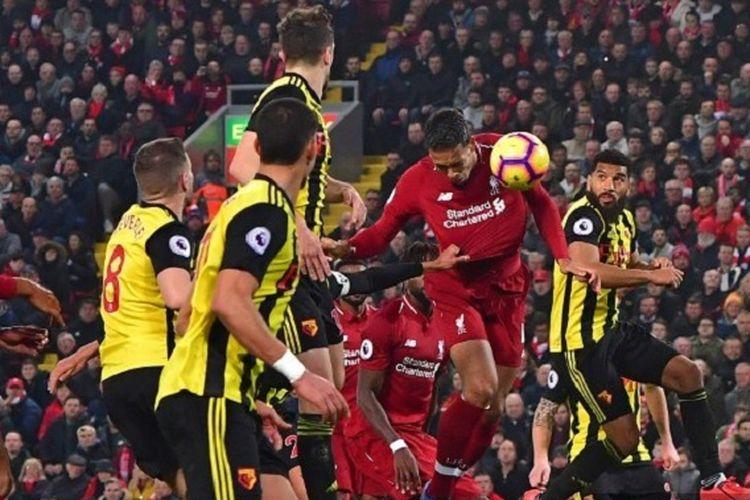 Virgil van Dijk mencetak gol dengan sundulan pada pertandingan Liverpool vs Watford di Stadion Anfield dalam lanjutan Liga Inggris, 27 Februari 2019.