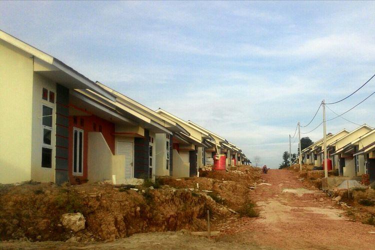 Ratusan rumah murah untuk warga penghasilan rendah di Balikpapan mulai ditempati. Meski fasilitas umum, jalanan komplek, dan fasilitas air beraih dari PDAM belum terbangun, warga sudah mulai menghuni komplek.