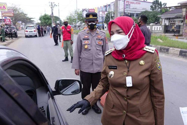 Wali Kota Bandar Lampung, Eva Dwiana saat sidak penyekatan di Posko Sukarame.