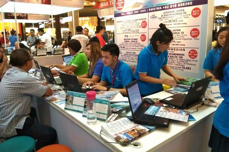 Stan paket wisata dari berbagai travel agent yang dijadikan satu sibuk melayani pembeli. Suasana di Cathay Pacific Travel Fair 2018, yang diselenggarakan 8-11 Februari 2018.