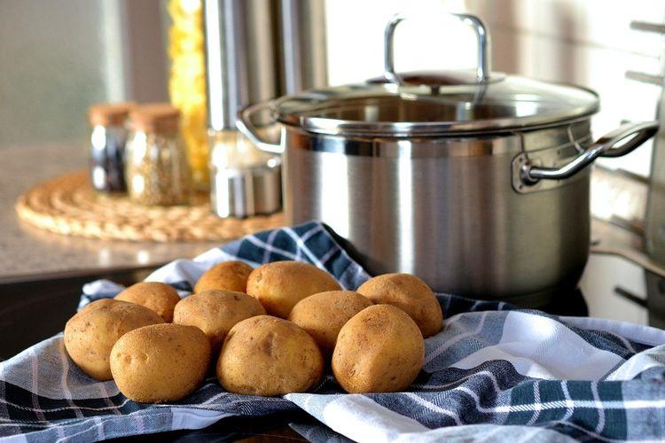 Ilustrasi kentang mentah yang bisa disimpan di suhu ruangan dengan dialasi tisu atau lap kering.
