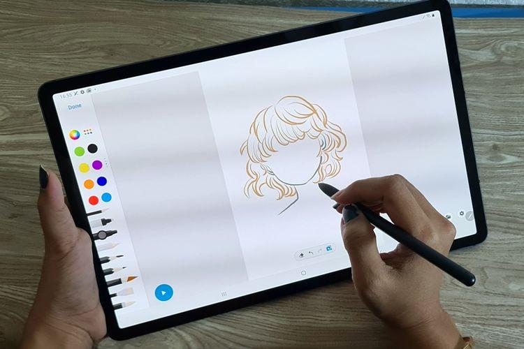 Tablet Galaxy Tab S7 Plus dalam genggaman.